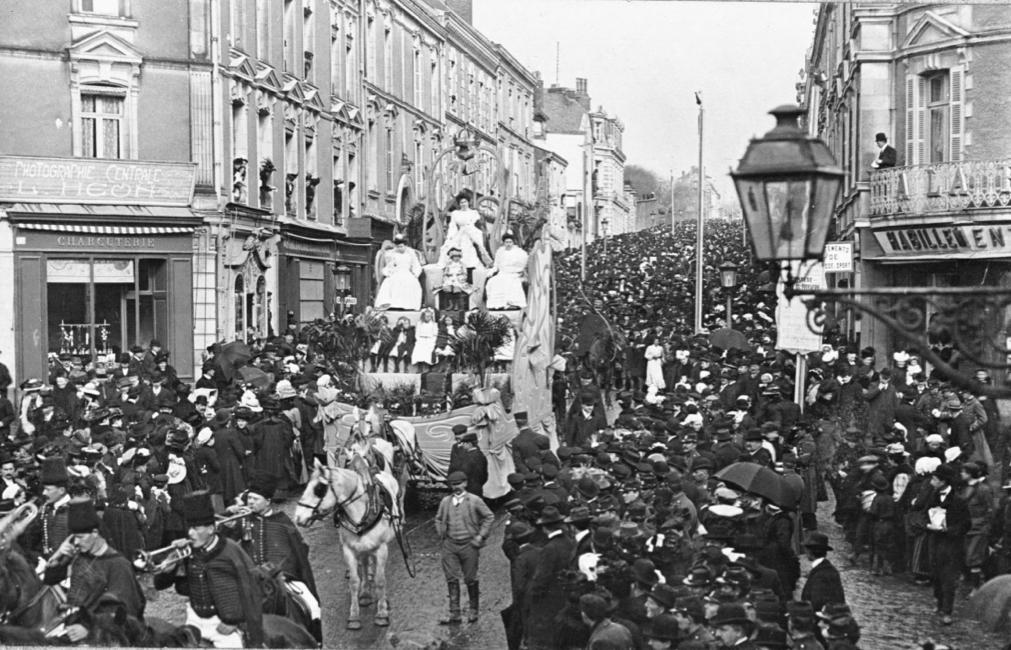 1909 Char la Reine des Tissages. Archives amicale carnavaliers de Cholet.