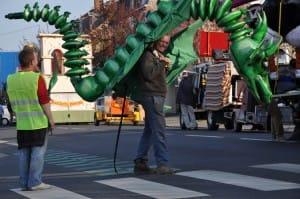 System'D Patrick revêt l'un des dragons volants... 6temdassos;fr