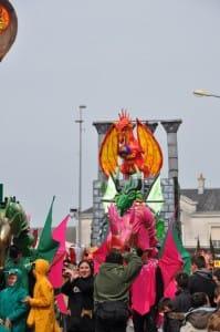 System'D Le char Cité des Dragons quitte la gare Carnaval Cholet. 6temdassos.fr 19